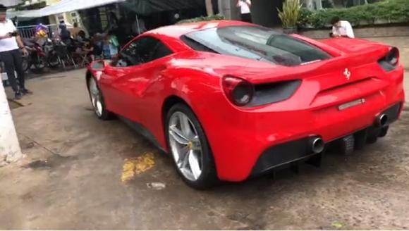 Sau hơn 8 tháng gặp tai nạn, siêu xe Ferrari của ca sĩ Tuấn Hưng đã lăn bánh trở lại - Ảnh 1