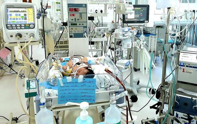 Hít phân su trong bụng mẹ, phổi bé trai sơ sinh tổn thương nặng - Ảnh 1