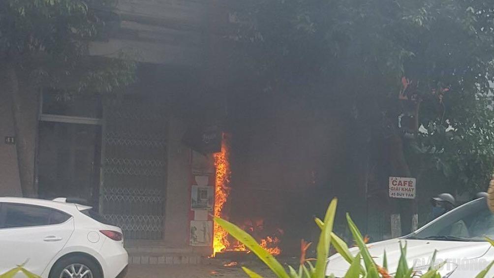Đi chơi về, gia chủ tá hỏa phát hiện căn nhà hai tầng đang bốc cháy - Ảnh 1