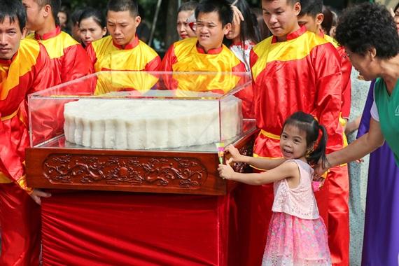 Cận cảnh cặp bánh trung thu nặng 3 tạ vừa xác lập kỷ lục Việt Nam - Ảnh 6