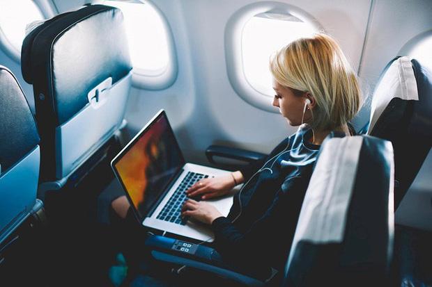 """Nhiều hãng hàng không """"cấm tiệt"""" MacBook Pro do lo sợ cháy nổ - Ảnh 1"""