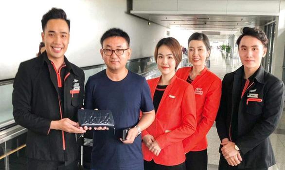 Tiếp viên hàng không trả 125 triệu đồng bỏ quên cho khách nước ngoài - Ảnh 1