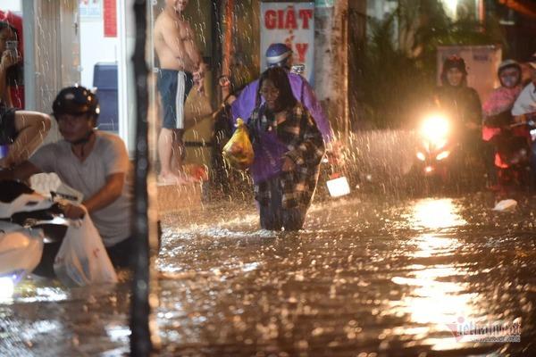 """Sau trận mưa kéo dài, nhiều tuyến đường ở TP.HCM """"thất thủ"""" vì ngập sâu - Ảnh 4"""