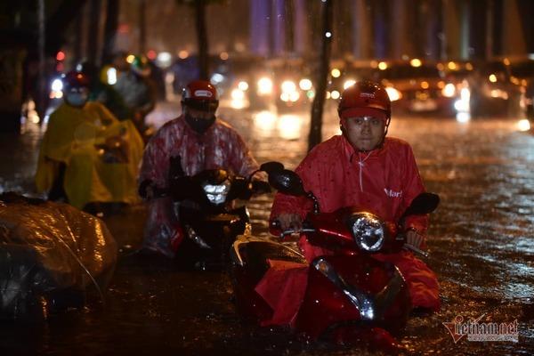 """Sau trận mưa kéo dài, nhiều tuyến đường ở TP.HCM """"thất thủ"""" vì ngập sâu - Ảnh 5"""