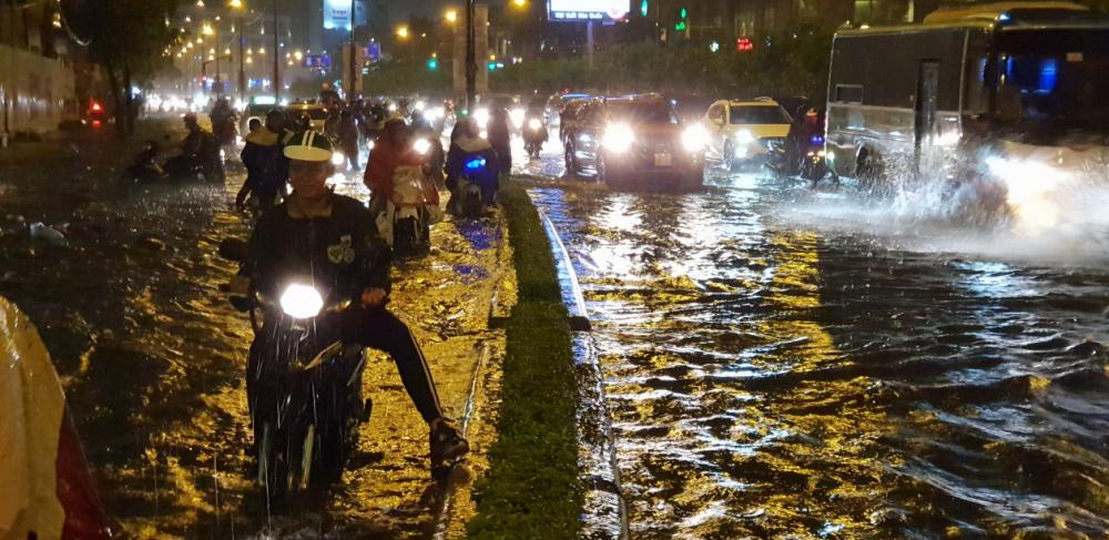 """Sau trận mưa kéo dài, nhiều tuyến đường ở TP.HCM """"thất thủ"""" vì ngập sâu - Ảnh 3"""