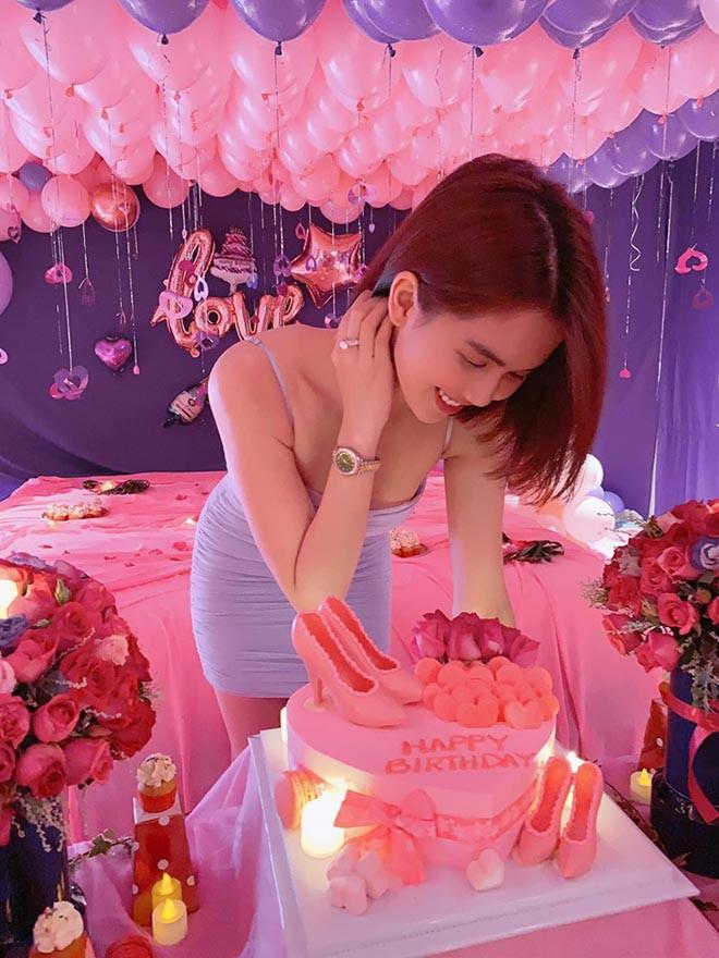 Ngọc Trinh khoe được bạn trai đại gia tổ chức sinh nhật ngập tràn màu hồng đón tuổi 30 - Ảnh 1