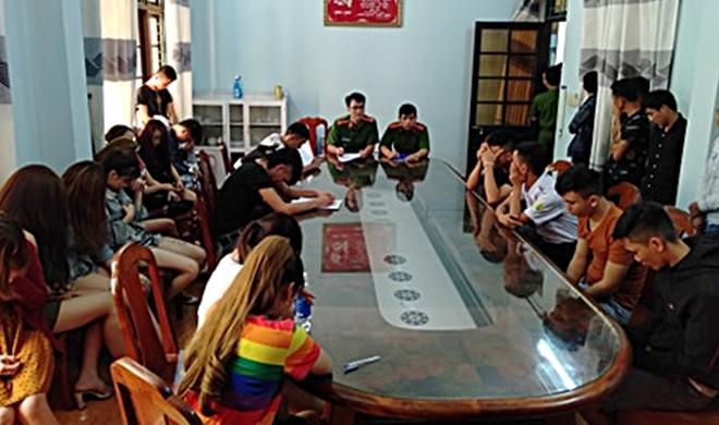Công an bất ngờ đột kích quán karaoke, bắt quả tang 28 thanh niên lắc lư phê ma túy đá - Ảnh 1