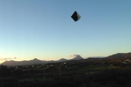 UFO có hình thù dị dạng đột nhiên xuất hiện ở Ireland khiến nhiều người sửng sốt - Ảnh 1