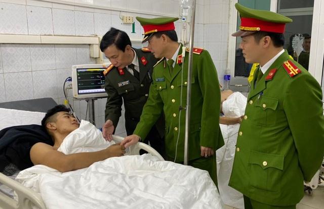 Nhường mặt nạ phòng độc cứu người, 3 chiến sĩ chữa cháy phải nhập viện cấp cứu - Ảnh 1