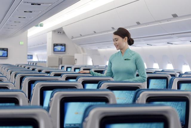 Tiếp viên Vietnam Airlines trả lại cả túi kim cương khách quên trên máy bay - Ảnh 1