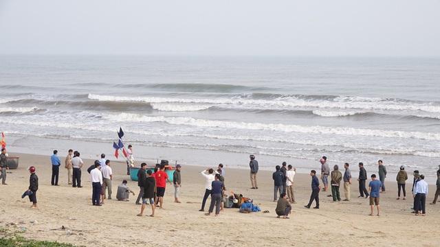 Vụ 2 học sinh mất tích khi tắm biển Hà Tĩnh: Đã tìm thấy một thi thể - Ảnh 1