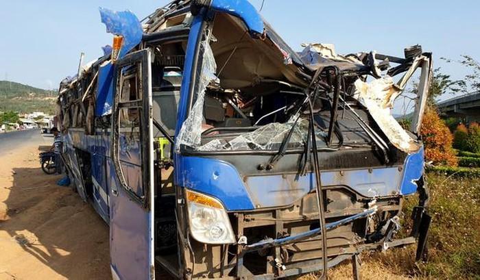Xe khách lao xuống ruộng đúng tối mùng 1 Tết, 17 người bị thương - Ảnh 1