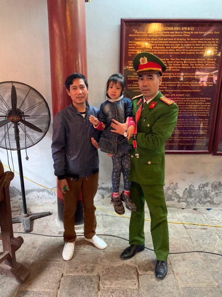 Hà Nội: Nhanh chóng tìm cha mẹ cho cháu bé bị lạc khi du xuân tại Văn Miếu - Ảnh 1