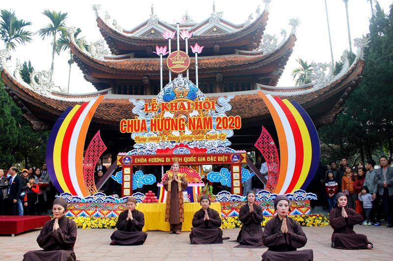 Khai hội chùa Hương Xuân Canh Tý 2020: Hàng vạn du khách nô nức chen chân dự lễ - Ảnh 1