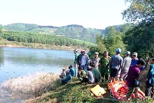 Lật ghe tại Thừa Thiên - Huế, 9 người may mắn thoát nạn, 3 người vẫn đang mất tích - Ảnh 1