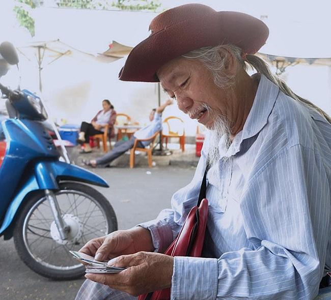 Người đàn ông rong ruổi khắp các ngả đường bán vé số giúp người nghèo - Ảnh 1