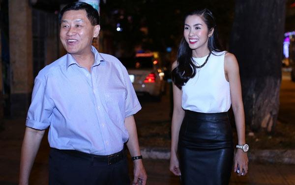 Bố chồng Hà Tăng – người vừa thuê chuyên cơ đưa ái nữ từ châu Âu về Việt Nam cách ly giàu cỡ nào? - Ảnh 1