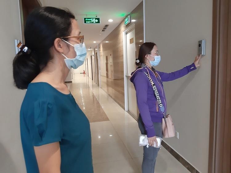 Những nhân viên không quản ngại khó khăn, sẵn sàng đo thân nhiệt người cách ly tại nhà - Ảnh 1