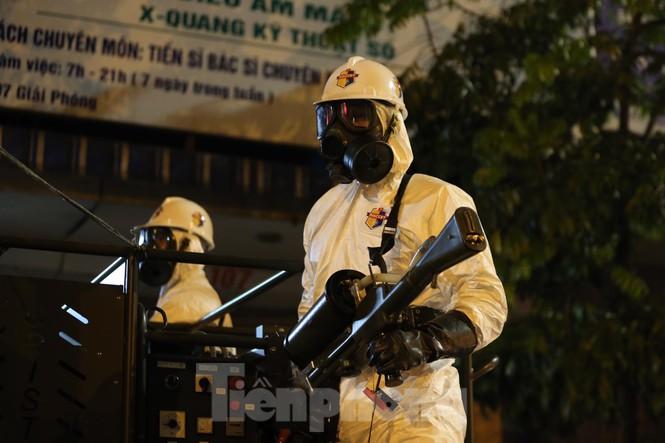 Quân đội khử khuẩn toàn bộ Bệnh viện Bạch Mai - Ảnh 2