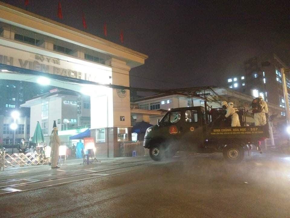 Quân đội khử khuẩn toàn bộ Bệnh viện Bạch Mai - Ảnh 4