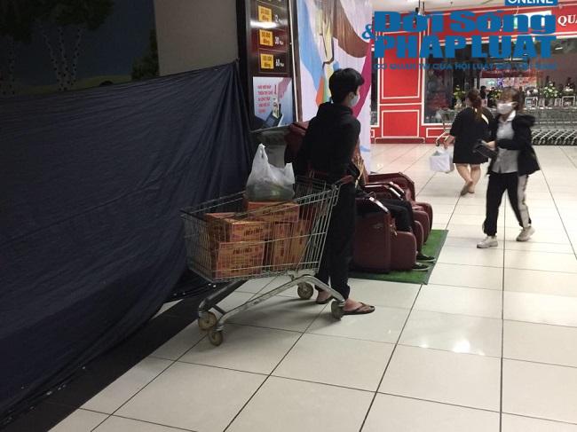 Người dân Hà Nội lại đổ xô đi mua hàng hóa, lương thực sau yêu cầu cách ly toàn xã hội - Ảnh 7