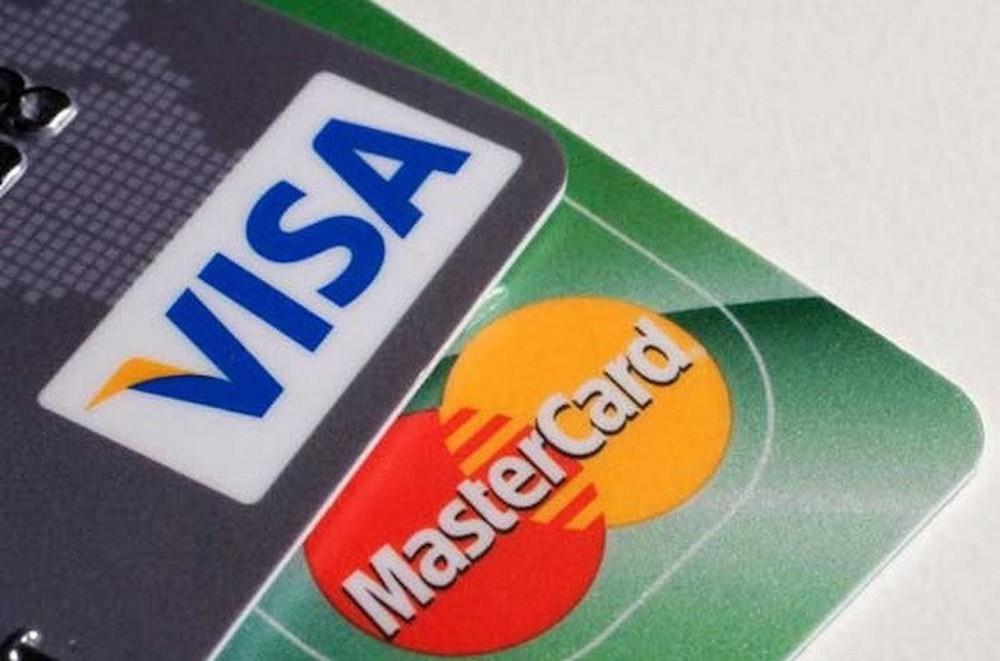 Visa và MasterCard thu 'phí chồng phí' với một giao dịch - Ảnh 1