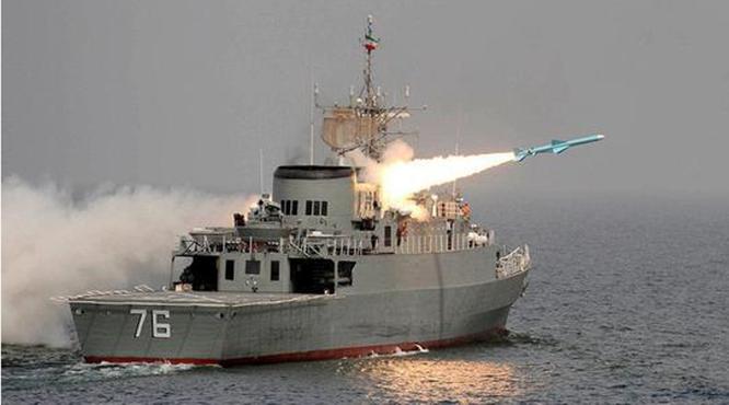 Iran công bố video tàu hải quân bị tên lửa bắn nhầm trong tập trận - Ảnh 1