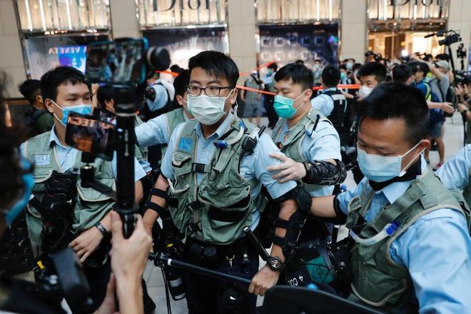 Cảnh sát Hong Kong ập lên máy bay, bắt giữ một nam thanh niên chuẩn bị sang Anh - Ảnh 1