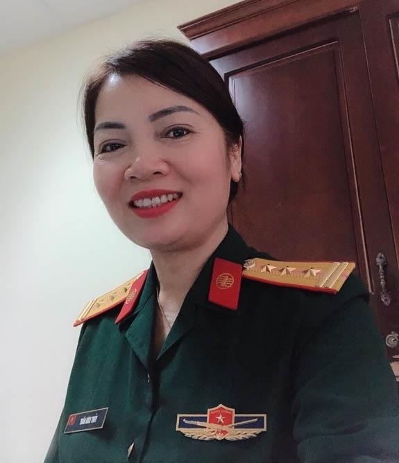 Nữ Thượng tá trả lại hơn 1.200 USD của người đàn ông Hàn Quốc đánh rơi - Ảnh 1