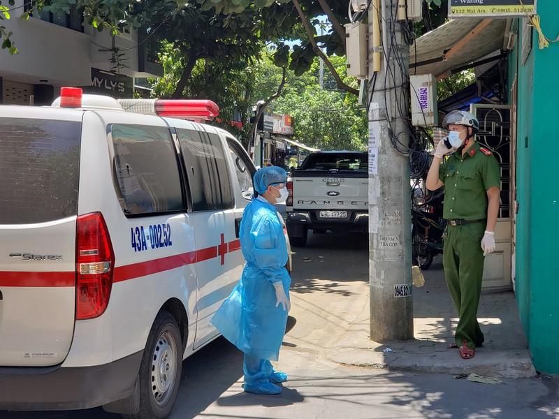 Chính thức cách ly toàn bộ Bệnh viện Đà Nẵng, lấy mẫu xét nghiệm của hơn 2.200 nhân viên - Ảnh 1