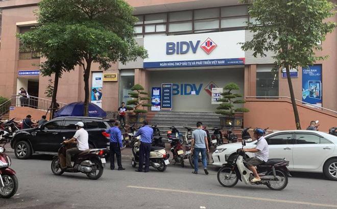 Cướp nổ súng uy hiếp nhân viên ngân hàng BIDV tại Hà Nội, lấy đi vài trăm triệu đồng - Ảnh 1