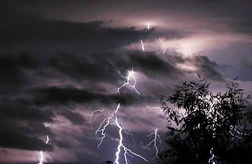 Đêm 1/8,  mưa dông bao trùm nhiều khu vực trên cả nước, đề phòng lốc và mưa đá - Ảnh 1