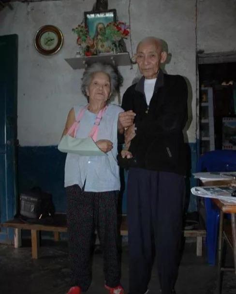 """Chuẩn bị đăng ký kết hôn, cụ ông 82 tuổi nghẹn ngào nhận ra """"đối tác"""" là người vợ của mình thất lạc từ 60 năm trước - Ảnh 1"""