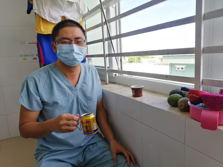 """Bật cười câu chuyện """"khổ vì khỏe"""" của bác sĩ mắc COVID-19 - Ảnh 1"""