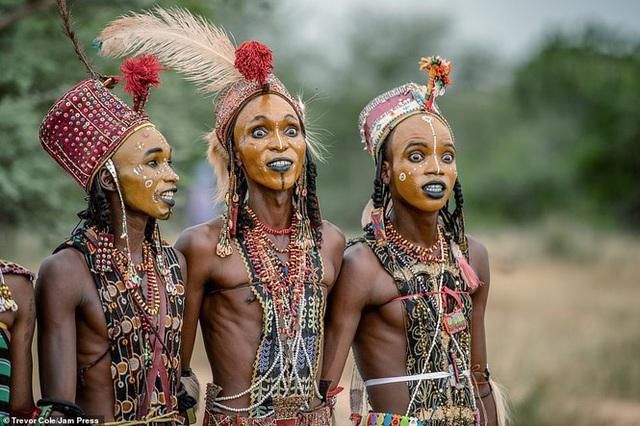 Vùng đất kỳ lạ: Nam giới thi nhau đọ sắc để được phái nữ chọn làm bạn tình - Ảnh 3