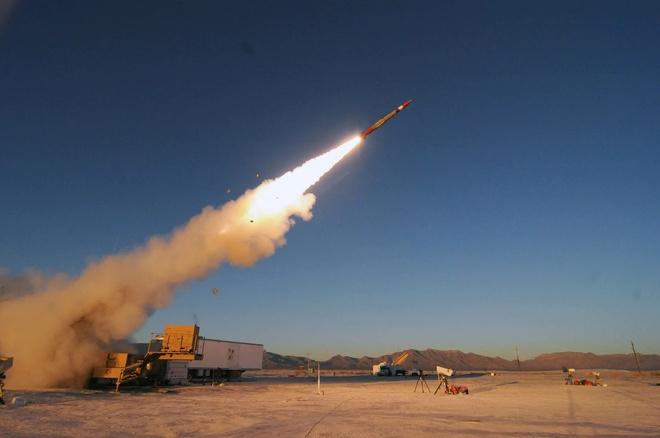 Phiên bản hiện đại nhất của tên lửa Patriot bắn nhầm mục tiêu khi thử nghiệm - Ảnh 1