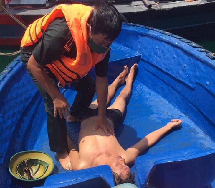 Biên phòng cửa khẩu cảng Hải Phòng cứu nạn kịp thời ngư dân bị rơi xuống biển - Ảnh 1