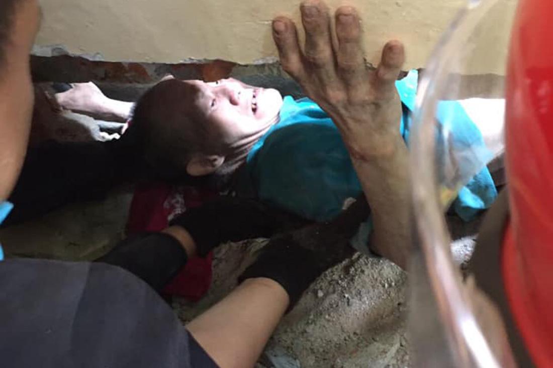 Lực lượng cứu hộ dùng máy cắt, đục bê tông giải cứu người đàn ông mắc kẹt suốt đêm giữa vách tường - Ảnh 1