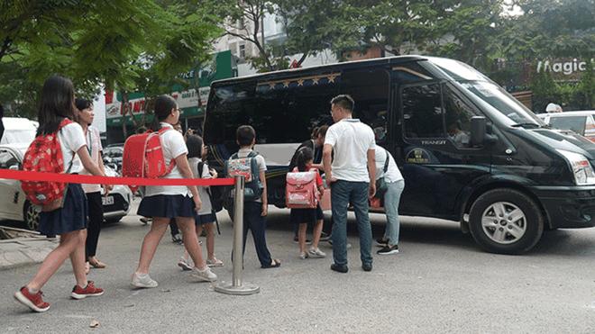 Hà Nội yêu cầu kiểm soát xe đưa đón học sinh sau vụ học sinh lớp 3 bị bỏ quên trên xe - Ảnh 1