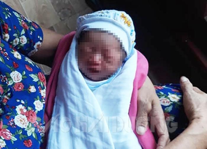 Hải Dương: Một bé gái sơ sinh bị bỏ rơi trong vỏ thùng sữa ở cổng đền - Ảnh 1