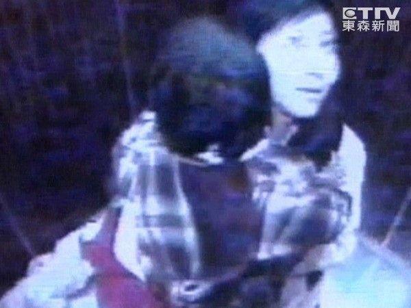 Ẩn số vụ mẹ ôm con vào thang máy lúc nửa đêm, cởi áo khoác và giày rồi lao ra ngoài biến mất suốt 12 năm - Ảnh 1.