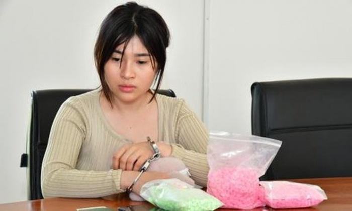 Giấu hơn 3.000 viên ma túy trong gấu bông, hotgirl 9X đang mang thai lĩnh 18 năm tù - Ảnh 1