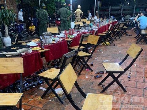 Tuần tra đêm khuya, công an chặn kịp thời một vụ hỗn chiến trong nhà hàng ở Bình Dương - Ảnh 1