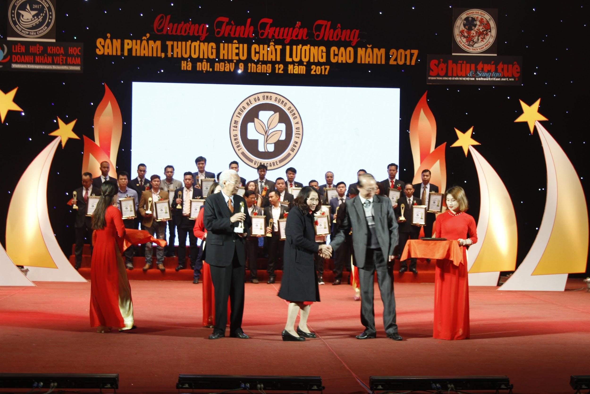 """Trung tâm thừa kế & ứng dụng Đông Y Việt Nam vinh dự đạt danh hiệu """"Cup vàng sản phẩm, thương hiệu chất lượng cao năm 2017"""" - Ảnh 1"""