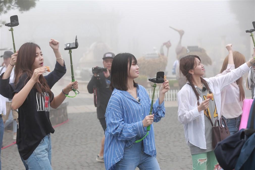 """Những """"nữ thần"""" TWICE thích thú trải nghiệm Sun World Ba Na Hills - Ảnh 7"""