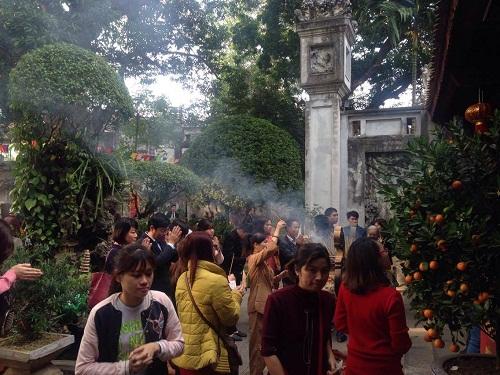Hàng trăm người đi lễ ở Hà Nội trong ngày làm việc đầu tiên - Ảnh 8