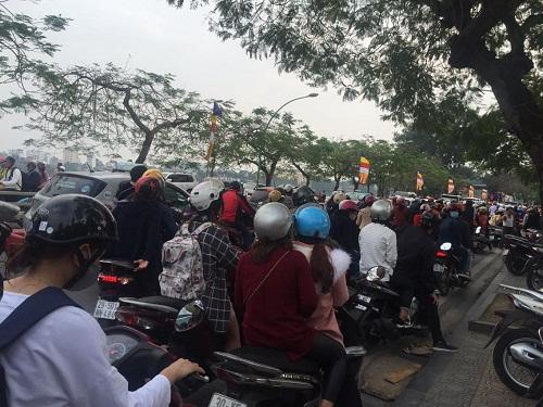 Hàng trăm người đi lễ ở Hà Nội trong ngày làm việc đầu tiên - Ảnh 4
