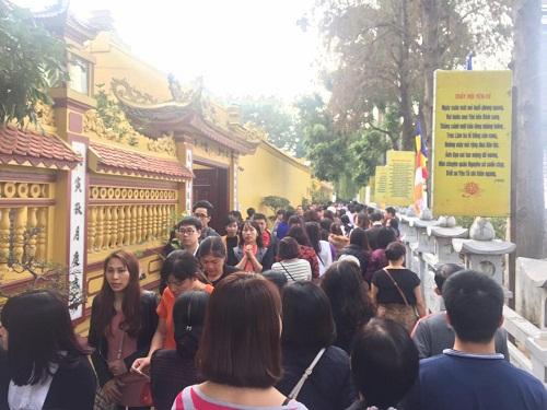 Hàng trăm người đi lễ ở Hà Nội trong ngày làm việc đầu tiên - Ảnh 1