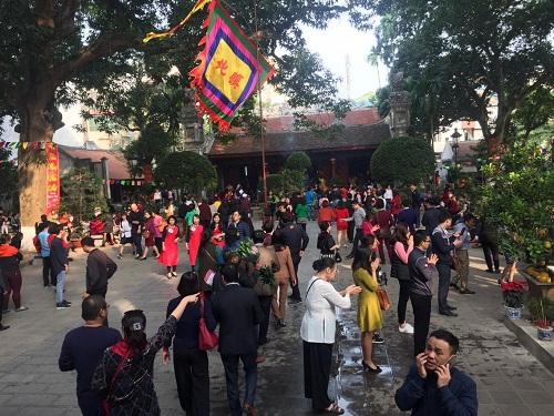 Hàng trăm người đi lễ ở Hà Nội trong ngày làm việc đầu tiên - Ảnh 7