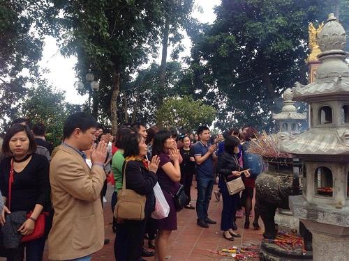 Hàng trăm người đi lễ ở Hà Nội trong ngày làm việc đầu tiên - Ảnh 10